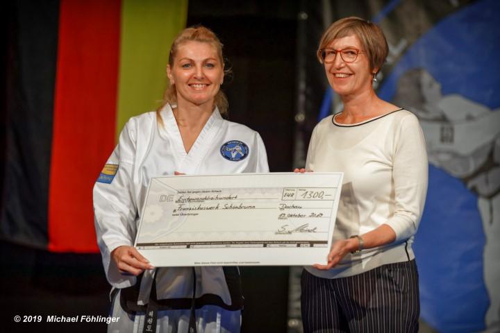Sabine Meindl bei der Spendenübergabe